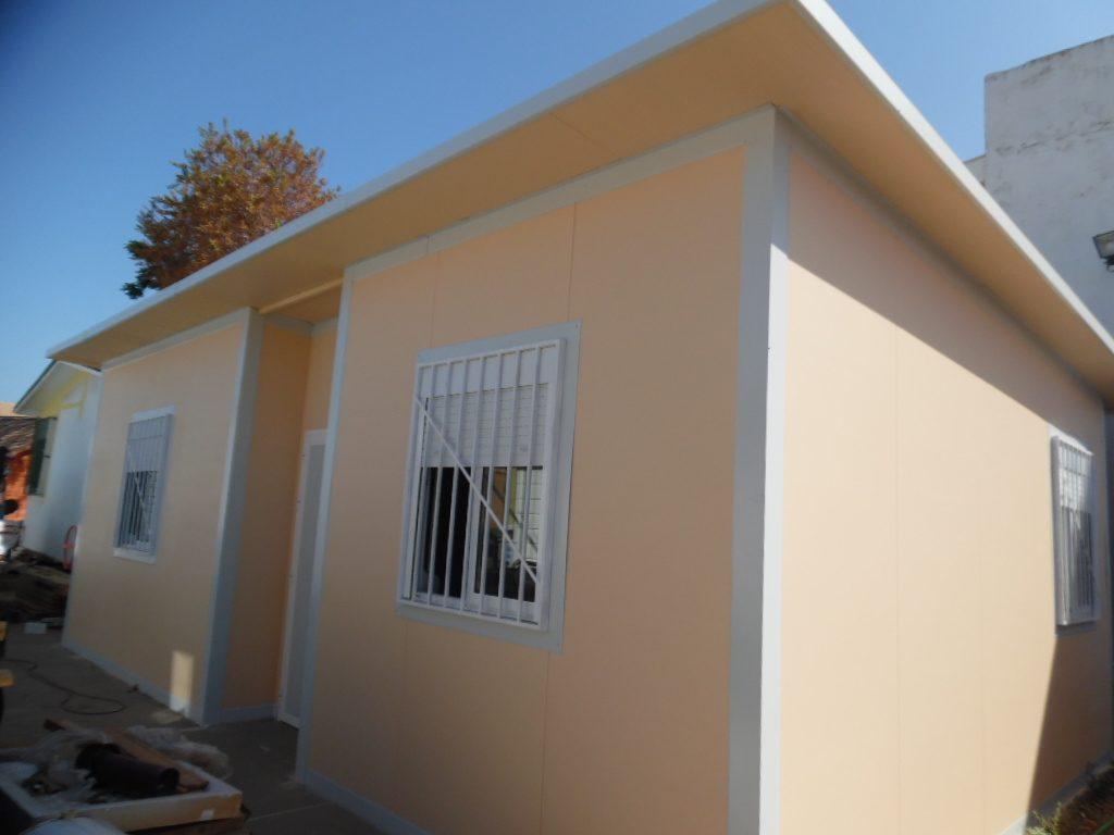 Casa de chapa o panel de sandwich fabricacion en Sevilla de 35 m2. Modelo Arahal2, desde 150€/M2 con panel simple como en la foto.
